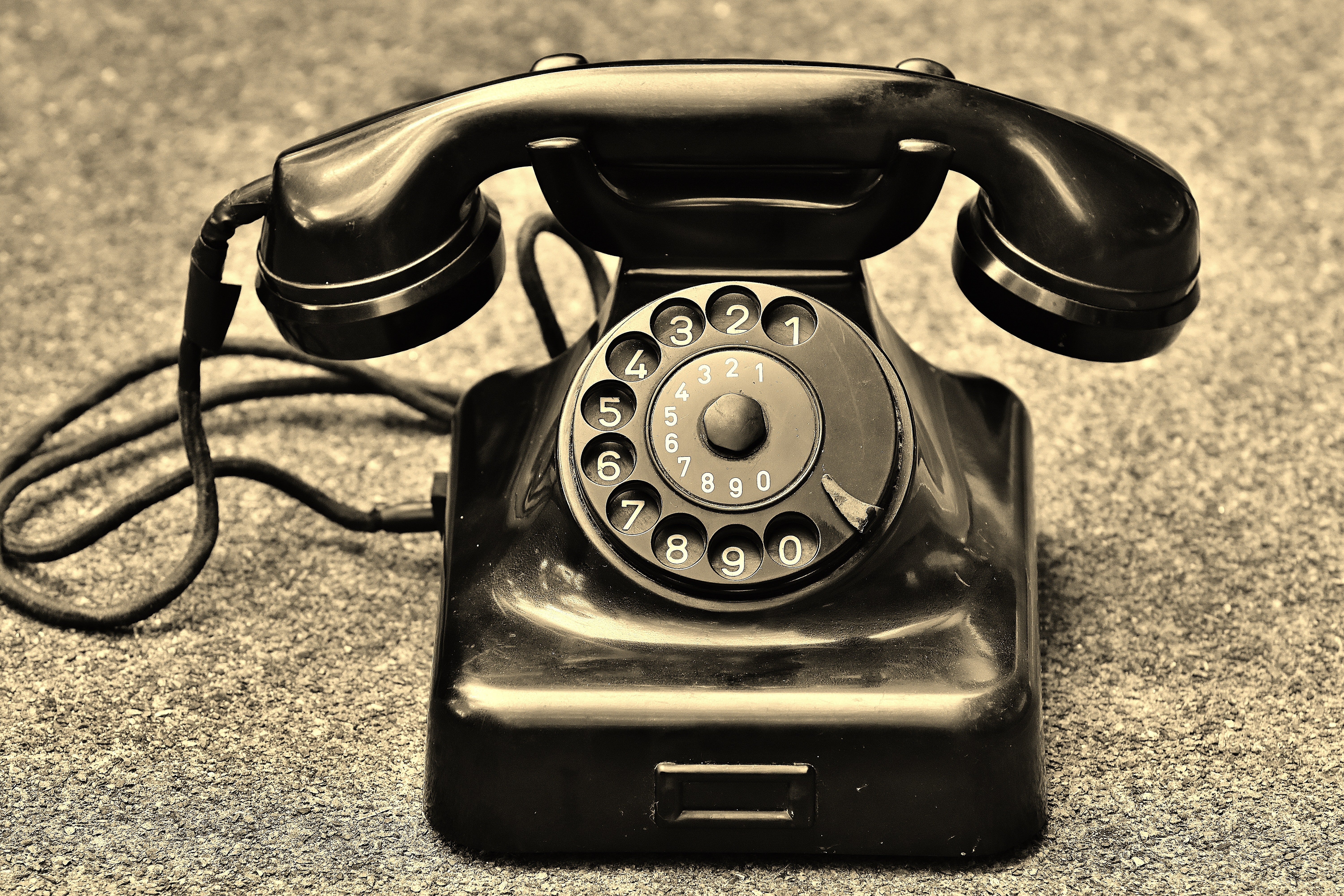The Benefits of Replacing Your Analog Phone System With a VoIP Phone System